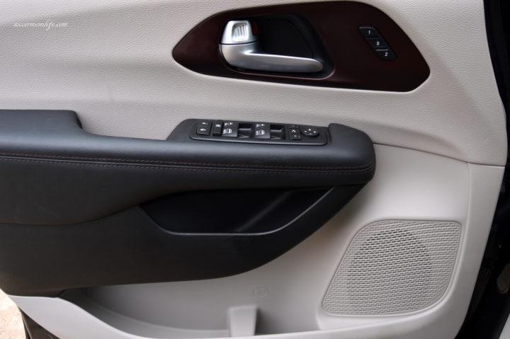 2017 Chrysler pacifica door